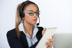 Porträt des glücklichen lächelnden netten Stütztelefonbetreibers im Kopfhörer, auf weißem Hintergrund lizenzfreies stockfoto