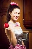 Porträt des glücklichen Lächelns des lustigen schönen Pinupfrau Brunette-Mädchens und des roten saftigen Apfels der Griffe u. das  Stockfotografie