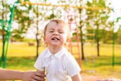 Porträt des glücklichen lachenden lustigen Jungen, der in der Natur spielt Lizenzfreies Stockfoto