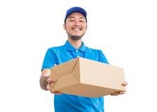 Porträt des glücklichen Lieferers mit Pappschachtel stockfotos