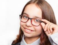Porträt des glücklichen Mädchens mit Gläsern auf weißem Hintergrund lizenzfreie stockbilder