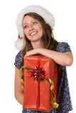 Porträt des glücklichen Mädchens mit großem Weihnachtsgeschenk stockbild