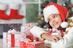 Porträt des glücklichen Mädchens in Sankt-Hut mit Geschenken lizenzfreie stockfotografie