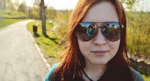 Porträt des glücklichen Mädchens am sonnigen Tag Stockfotografie