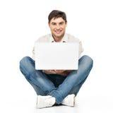 Porträt des glücklichen Mannes arbeitend an Laptop Stockfotografie