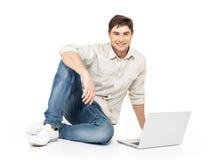 Porträt des glücklichen Mannes arbeitend an Laptop Stockbilder