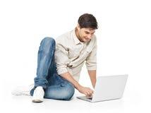 Porträt des glücklichen Mannes arbeitend an Laptop Lizenzfreies Stockfoto