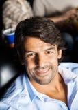 Porträt des glücklichen Mannes im Kino-Theater Lizenzfreies Stockfoto