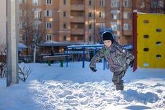 Porträt des glücklichen netten Kleinkindjungen auf bunte warme Wintermode kleidet Lustiges Kind, das Spaß im Wald oder im Park au Stockbild