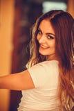 Porträt des glücklichen netten Mädchens der recht jungen Frau lizenzfreie stockfotos