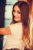Porträt des glücklichen netten Mädchens der recht jungen Frau stockbild