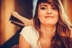 Porträt des glücklichen netten Mädchens der recht jungen Frau stockfotos