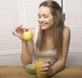 Porträt des glücklichen netten Mädchens mit Frühstück Stockfotos