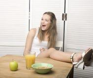 Porträt des glücklichen netten Mädchens mit Frühstück Lizenzfreie Stockbilder