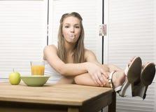 Porträt des glücklichen netten Mädchens mit Frühstück Stockbild