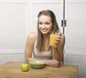 Porträt des glücklichen netten Mädchens mit Frühstück Lizenzfreies Stockbild