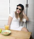 Porträt des glücklichen netten Mädchens mit Frühstück Lizenzfreies Stockfoto