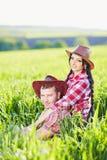 Porträt des glücklichen Paars eine Westart in der Natur lizenzfreie stockbilder