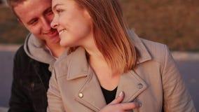 Porträt des glücklichen Paars entspannend und streichelnd stock footage