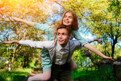 Porträt des glücklichen Paars ihre Hände im Freilicht anhebend lizenzfreies stockbild