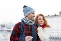 Porträt des glücklichen Paars mit Kaffeetasse Paar hat Datum an der Stadtstraße Liebevolle Paare, die zum richtigen Weg schauen stockfotografie