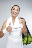 Porträt des glücklichen professionellen weiblichen Tennis-Spielers mit Masche von Stockfoto