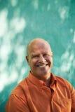 Porträt des glücklichen reifen hispanischen Mannes Stockfoto