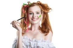 Porträt des glücklichen rothaarigen Mädchens mit einer Bürste in seiner Hand Menschliche Gefühle positiv Lizenzfreies Stockbild