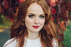 Porträt des glücklichen schönen redhaired Mädchenlächelns Stockbilder