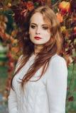 Porträt des glücklichen schönen redhaired Mädchenlächelns Stockfoto