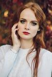 Porträt des glücklichen schönen redhaired Mädchenlächelns Lizenzfreies Stockfoto