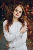 Porträt des glücklichen schönen redhaired Mädchenlächelns Lizenzfreie Stockbilder