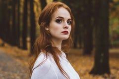 Porträt des glücklichen schönen redhaired Mädchenlächelns Stockfotos