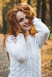 Porträt des glücklichen schönen redhaired Mädchenlächelns Lizenzfreie Stockfotografie