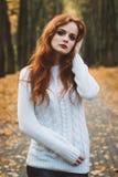 Porträt des glücklichen schönen redhaired Mädchenlächelns Stockfotografie