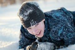 Porträt des glücklichen Spaßjugendlichen im Winter kleidet Stockbild