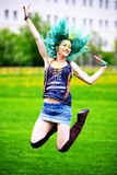 Porträt des glücklichen springenden jungen Mädchens auf holi Farbfestival Lizenzfreies Stockfoto