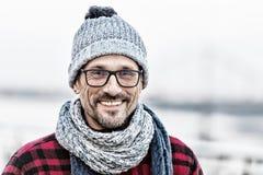Porträt des glücklichen städtischen Mannes im Winter strickte Abnutzung Porträt des Mannes in den Gläsern und gestrickter weiß-bl stockfotografie