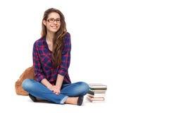 Porträt des glücklichen Studentinsitzens lokalisiert lizenzfreies stockfoto