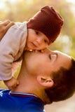 Porträt des glücklichen Vaters und des Babys im Park Lizenzfreies Stockfoto