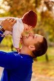 Porträt des glücklichen Vaters und des Babys im Park Lizenzfreie Stockfotografie