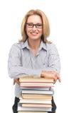 Porträt des glücklichen weiblichen Anwalts, der auf Büchern sich lehnt Stockbild