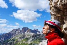 Porträt des glücklichen weiblichen Bergsteigers Lizenzfreie Stockfotografie