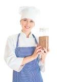 Porträt des glücklichen weiblichen Chefkochs mit Buchweizen Stockfotos