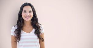 Porträt des glücklichen weiblichen Hippies, der gegen rosa Hintergrund steht Lizenzfreie Stockfotos
