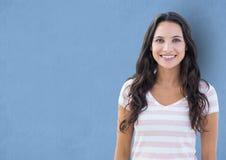 Porträt des glücklichen weiblichen Hippies gegen blauen Hintergrund Lizenzfreies Stockfoto