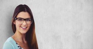 Porträt des glücklichen weiblichen Hippies gegen grauen Hintergrund Stockfoto