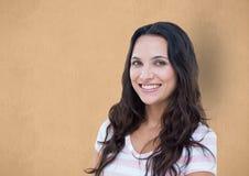 Porträt des glücklichen weiblichen Hippies gegen orange Hintergrund Stockbilder