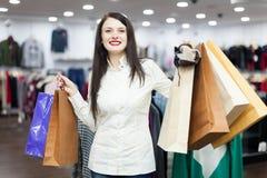 Porträt des glücklichen weiblichen Käufers Stockfotografie