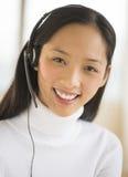 Porträt des glücklichen weiblichen Kundendienstmitarbeiters Stockbilder